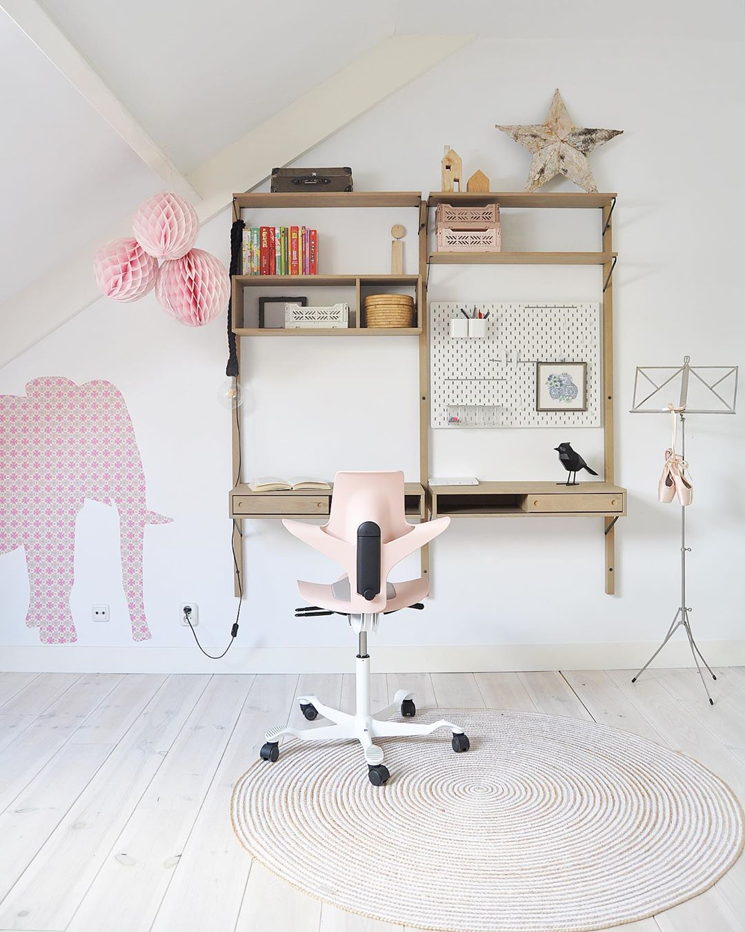 light and pink home office for children doing homework or studies with HÅG Capisco Puls chair at a wooden desk with pink elephant on the wall