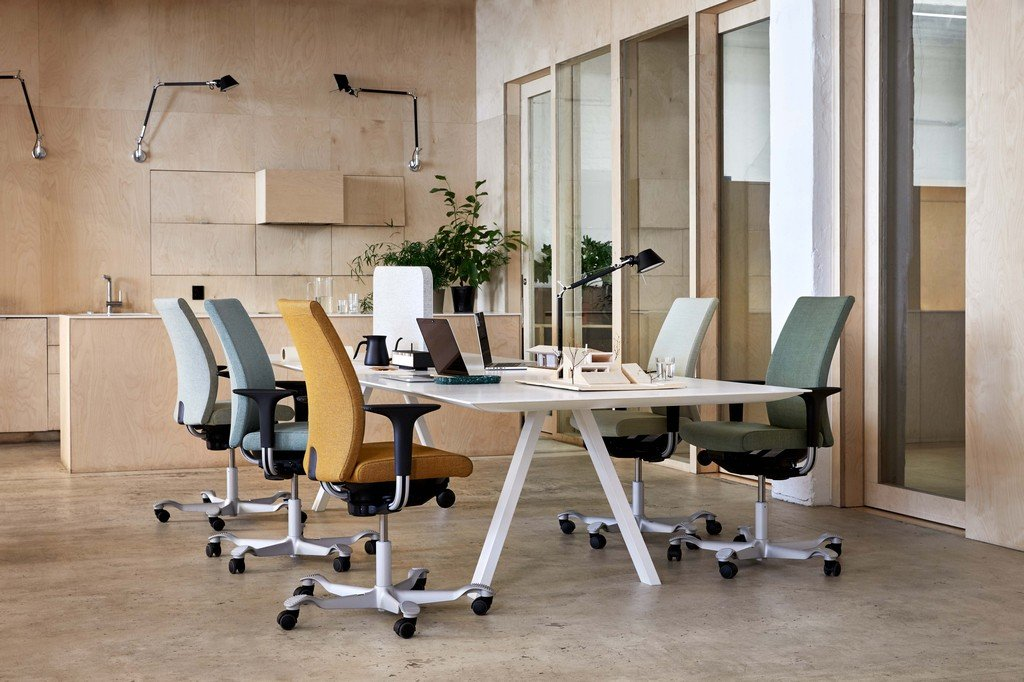 HÅG Creed chairs in an office environment around a shared tabel